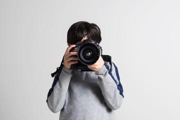 Ragazzo con la macchina fotografica che fotografa