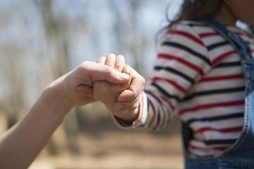 手を繋いだ母と子供の手