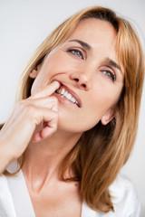 femme qui a mal aux dents
