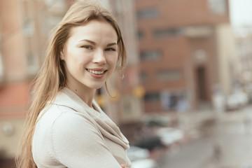 Foto op Plexiglas Bakkerij Young smiling woman in city