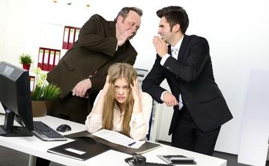 Arbeitskollegen mobben jüngere Arbeitskollegin