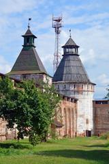 Крепостная стена и башни Борисоглебского монастыря на фоне ретрансляционной вышки (город Борисоглебский)