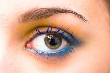 Occhio femminile truccato