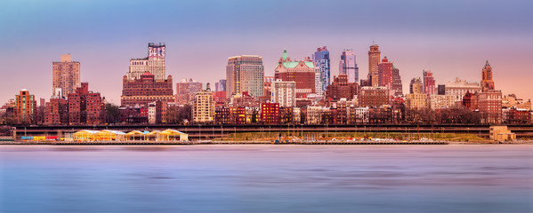 Fotomurales - Brooklyn skyline panorma under a sunset light.