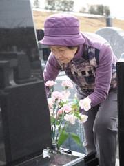 お彼岸にお墓を掃除する80歳の母