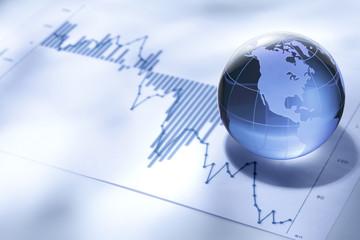 グローバルビジネス/ガラス製の地球とファイナンシャルチャート