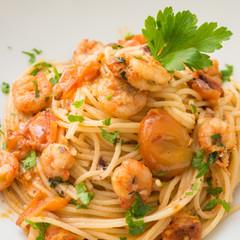Spaghetti pomodoro e gamberi, cucina mediterranea