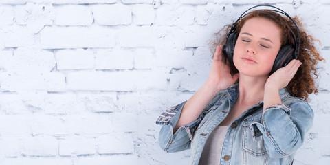 relaxte frau hört musik über kopfhörer