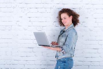 zufriedene junge studentin mit laptop