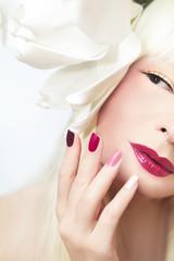Разноцветный бордовый маникюр с макияжем.