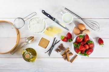 Ingredientes frescos en la cocina de casa para cocinar una tarta de fresas casera
