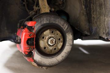 Aufgebocktes Auto für Reifenwechsel, Bremsanlage