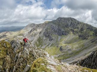 UK, Wales, Cadair Idris, Cyfrwy Arete, woman rock climbing