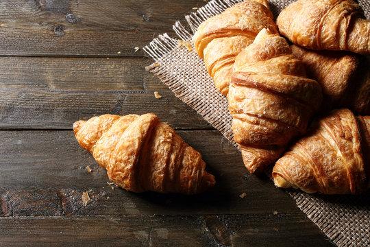 vista dall'alto croissant o cornetti su tavolo di legno rustico