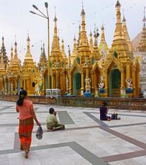 Birmanie, prière à la pagode Shwedagon à Rangoon