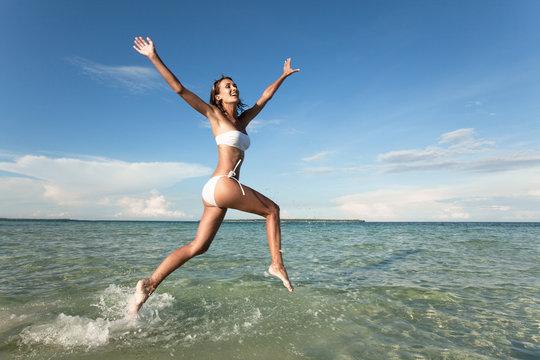 femme qui court dans la mer