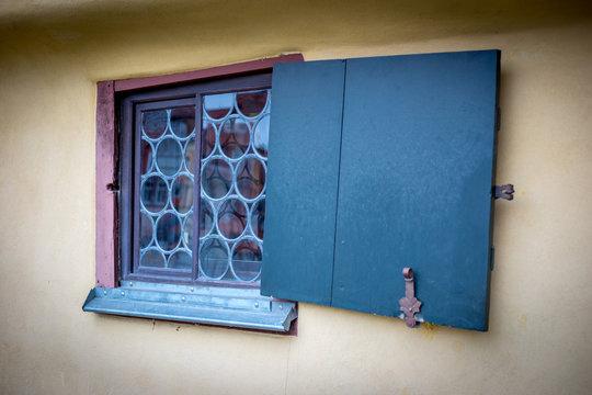 Windschiefes Fenster am Bach Haus in Eisenach