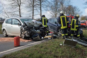 Feuerwehrmänner an einer Unfallstelle