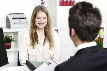 Geschäftsmann und Auszubildende bei Bewerbungsgespräch