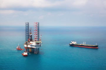 Image of oil platform while cloudless day in the gulf
