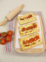 Blätterteig Pizza mit Tomaten und Käse