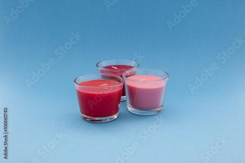Trio di candele colorate profumate in contenitori di for Candele colorate