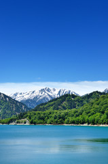 立山黒部アルペンルート 青空と新緑の黒部湖