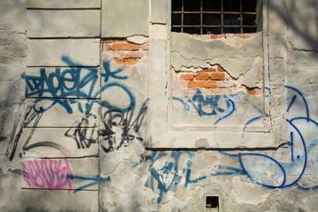 Obraz Stara zniszczona ściana z napisami graffiti - fototapety do salonu