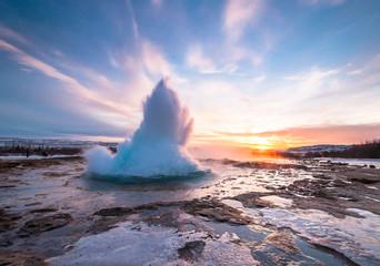 Foto op Plexiglas Noorderlicht Geyser Strokkur in Iceland, eruption