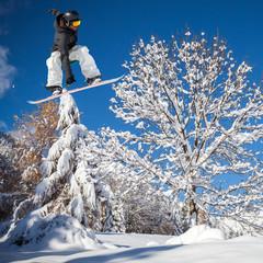 Fototapete - salto con snowboard in neve fresca