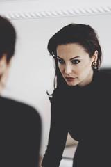 Wall Mural - femme active se regardant dans miroir