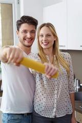 glückliches paar koch zusammen