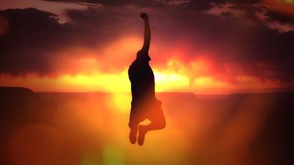 Mann springt vor Sonnenuntergang