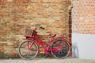 Papiers peints Velo Red bicycle against brick wall in Brugge