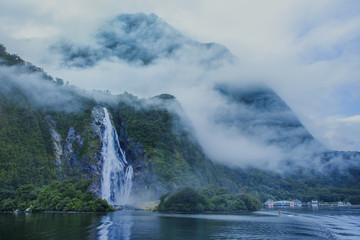 woda spada w milford sound ważny cel podróży w - 106944329