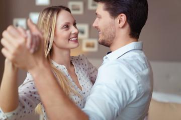 verliebtes junges paar tanzt durch die wohnung