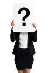 Geschäftsfrau hält Schild mit Fragezeichen vor dem Gesicht