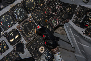 Steuerknüppel im Cockpit eines Flugzeugs