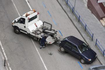 grúa llevándose un coche multado