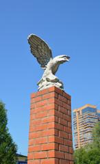 Скульптура сокола в Москве