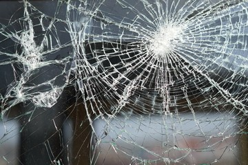 zerstörtes Fenster eines Eisenbahnwaggons