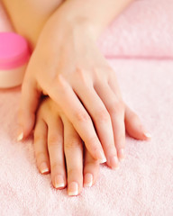Foto auf Leinwand Maniküre Closeup image of pink french manicure