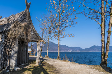 Verlassene Wikingerhütte am Walchensee mit Alpenblick