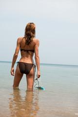 femme à la plage en maillot de bain