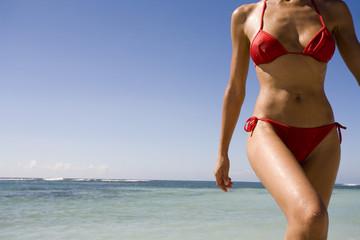 corps de femme en maillot à la plage