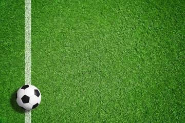 Fußball auf grünem Rasen mit Makierung
