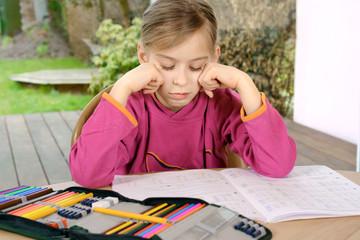 Schülerin ist frustriert wegen Hausaufgaben und Schule