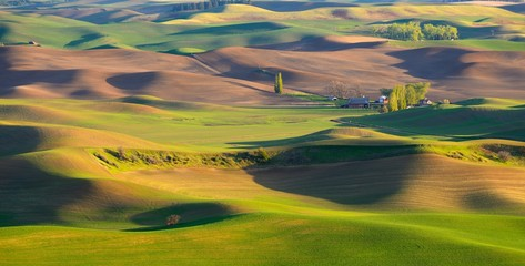 Photo sur Aluminium Colline Sunset view of the farm in the rolling hills farmland. Palouse Hills in Washington, United State of America.