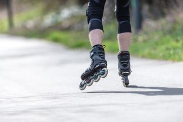 Ein Mann läuft auf Inline Skaten