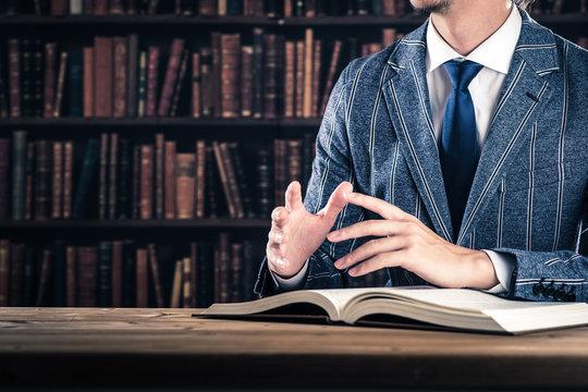 資料を読んでいるビジネスマン